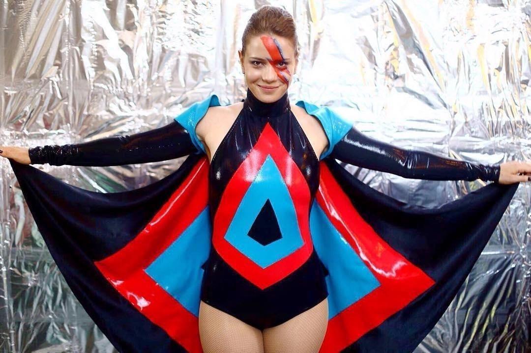 5.fev.2016 - Leandra Leal homenageou David Bowie, morto em janeiro, no baile Rival Sem Rival, no Rio de Janeiro. A atriz pintou um raio em seu rosto, em referência à capa de