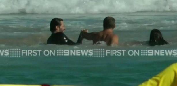 Hugh Jackman ajuda banhista a resgatar uma garota na praia de Bondi Beach, em Sidney - Reprodução/9News