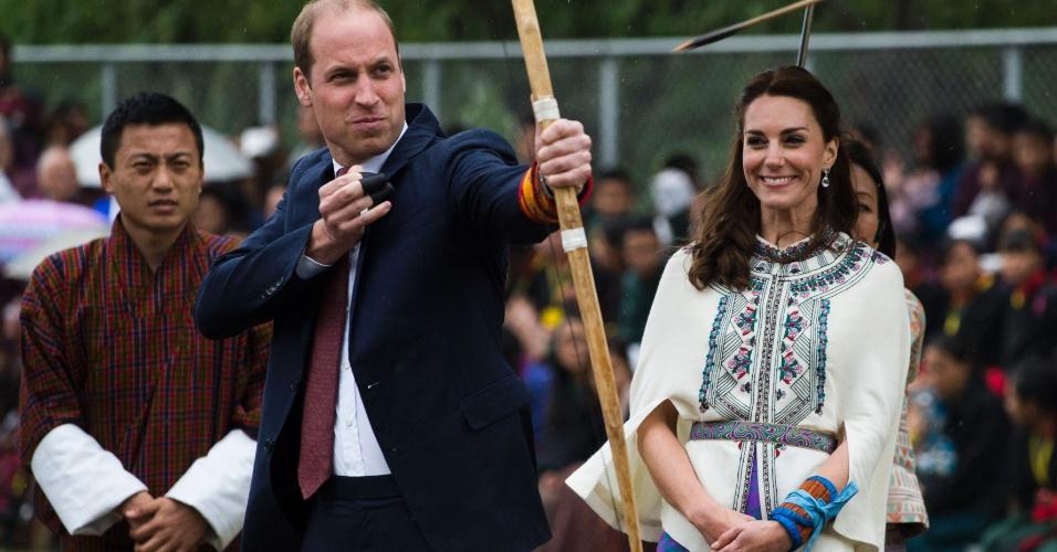14.fev.2016 - Príncipe William atira flecha durante visita a Thimphu, no Butão, ao lado da mulher, Kate Middleton