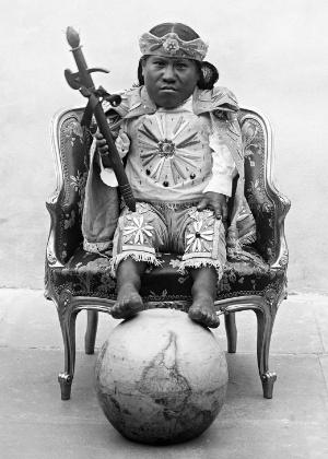 """Foto de 1900 batizada de """"Con El Mundo A Mis Pies"""" em exposição em SP - Reprodução/Arquivo Nuñez de Arco"""