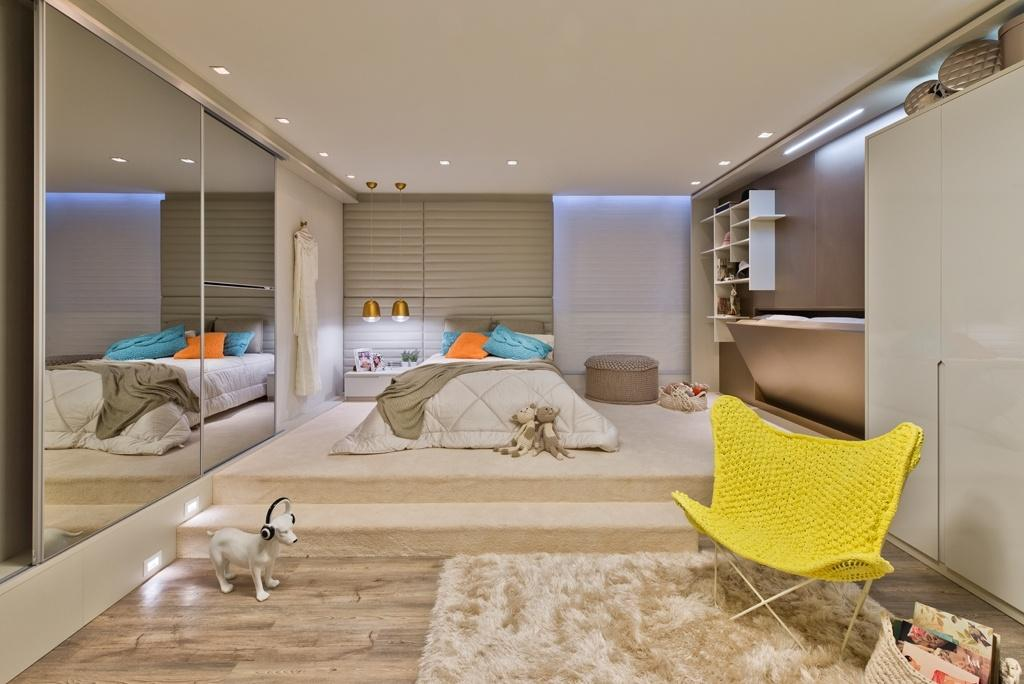 O Quarto da Moça, com 35 m², é assinado pela arquiteta Yara Mendes e tem um tapete 'peludinho' no nível mais baixo do piso, sob a cadeira Butterfly, com concha de crochê. Sobre o patamar que sustenta a cama, mas uma tapeçaria, esta revestindo todo o piso e o degrau