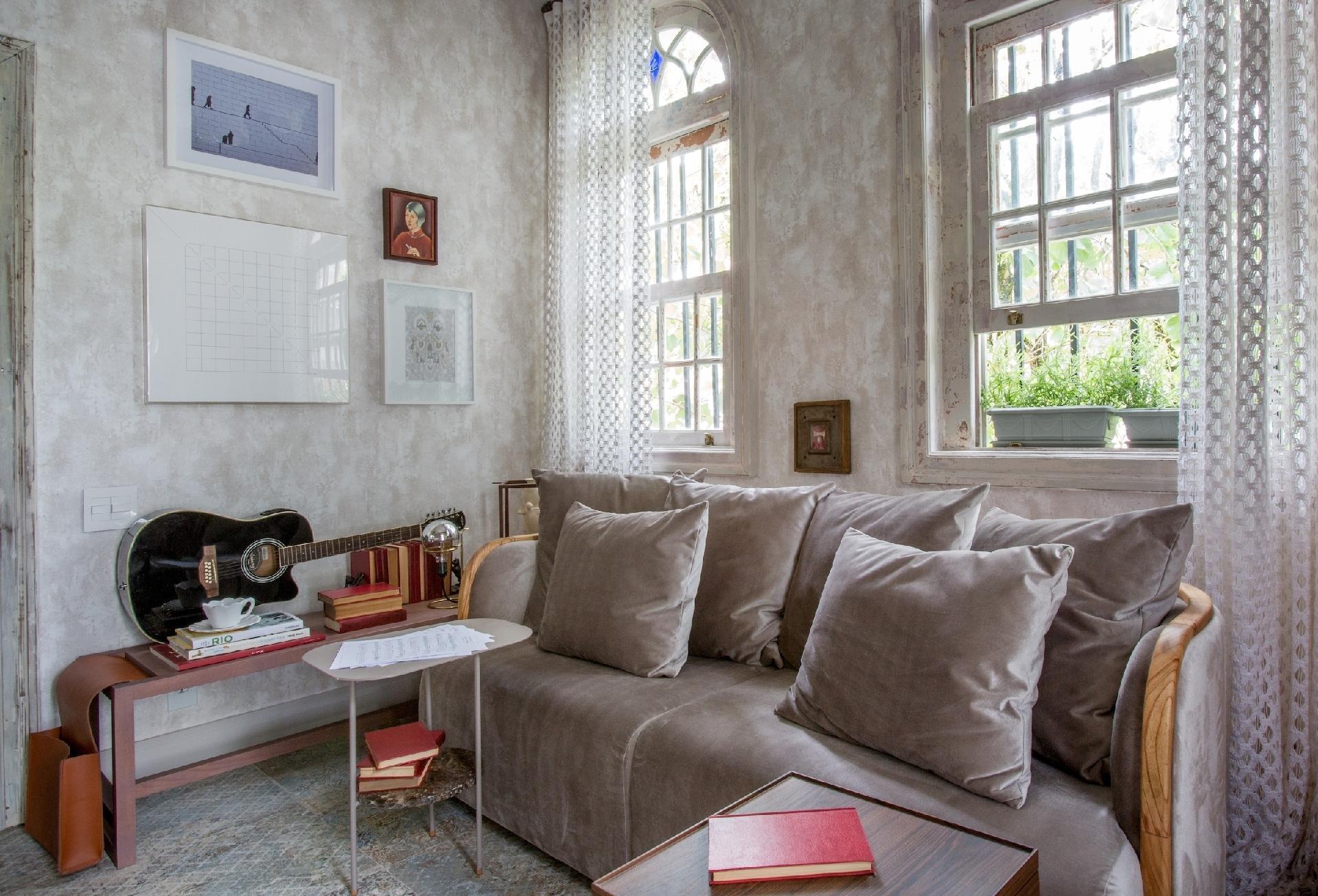 Casa Cor Rio 2016 - Um espaço para viver devagar foi a prerrogativa de Andrea Duarte e Anna Malta para o Atelier Detox. Para isso, cores calmantes, como cinza e gelo, são essenciais. Tal paleta também remete ao conceito