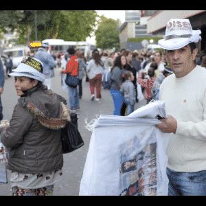 """17.nov.2016 - Comerciantes aproveitam o sucesso """"Moises y Los Diez Mandamientos"""" e vendem produtos da novela nas ruas de Buenos Aires - Grégoire Bouquet/UOL"""