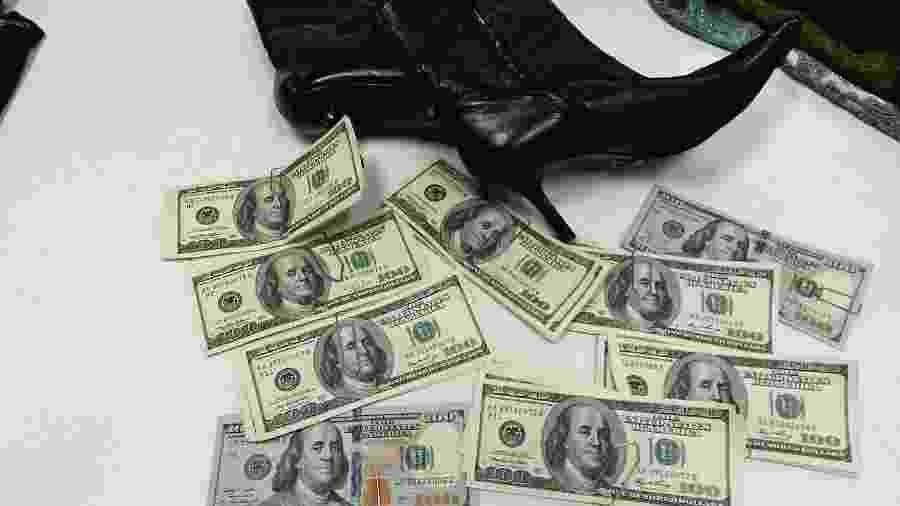 Dinheiro estava escondido dentro do calçado - Divulgação/Bazar do Bem