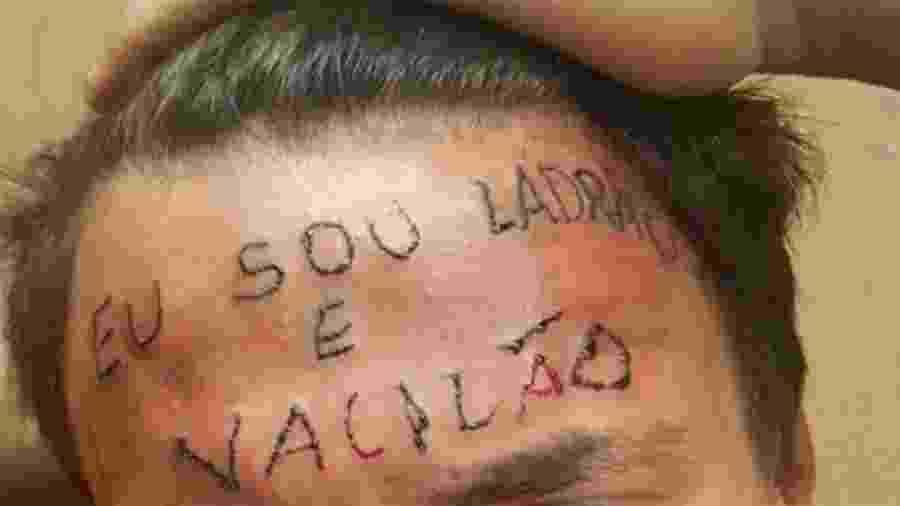 Em 2017, jovem teve a testa tatuada por dois homens após ser acusado de roubo - Reprodução/Twitter