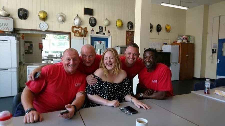 Adele tomou chá com os bombeiros em Londres - London Fire Brigade/Twitter/Reprodução