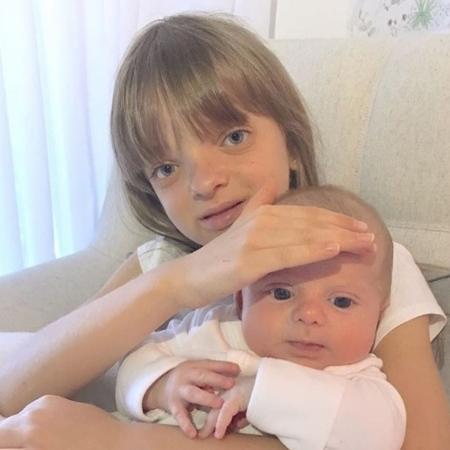 Rafinha Justus com Enrico, filho de Karina Bacchi, no colo - Reprodução/Instagram