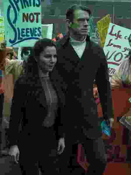 """Martha Higareda e Joel Kinnaman em cena de """"Altered Carbon"""", da Netflix - Divulgação/Netflix - Divulgação/Netflix"""