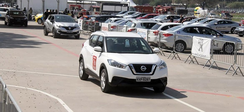 Visitantes podem dirigir carros adaptados em pista montada no local - Divulgação