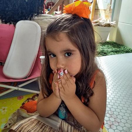 Maria Flor, filha de Deborah Secco, exibe as unhas postiças - Reprodução/Instagram
