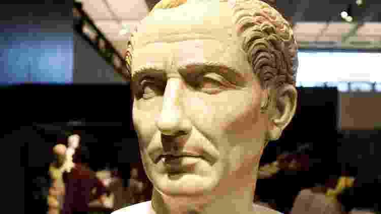 Busto do imperador Julio César feito em mármore branco - Lucas Lima/Folhapress