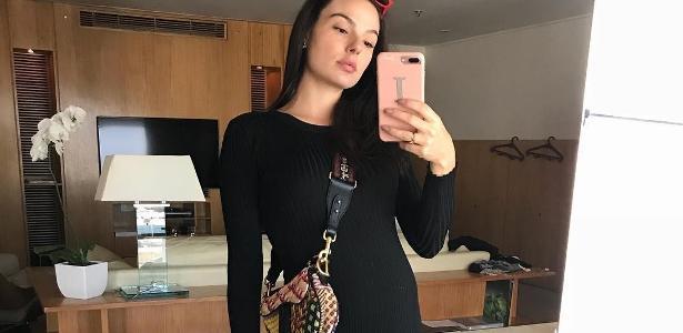 e7647e342a66 Fotos: Vestidos e barriga de fora: os truques de look de Isis Valverde na  gravidez - 08/10/2018 - UOL Universa