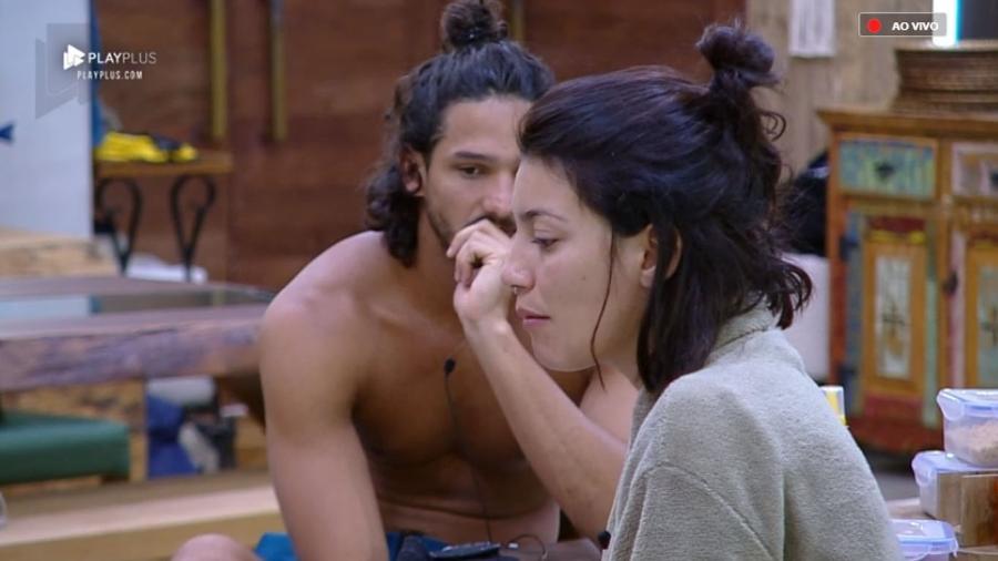 João Zoli permaneceu olhando para Gabi Prado enquanto a peoa comia em silêncio - Reprodução/PlayPlus