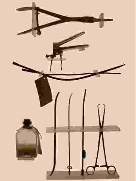 Objetos usados em abortos, exposição de Laia Abril, em Paris - RFI - RFI