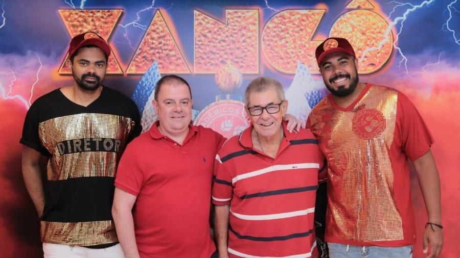 O presidente André Vaz e o vice-presidente Joaquim Cruz (ao centro) com os irmãos Guilherme e Gustavo, da bateria Furiosa - Divulgação/Alex Nunes