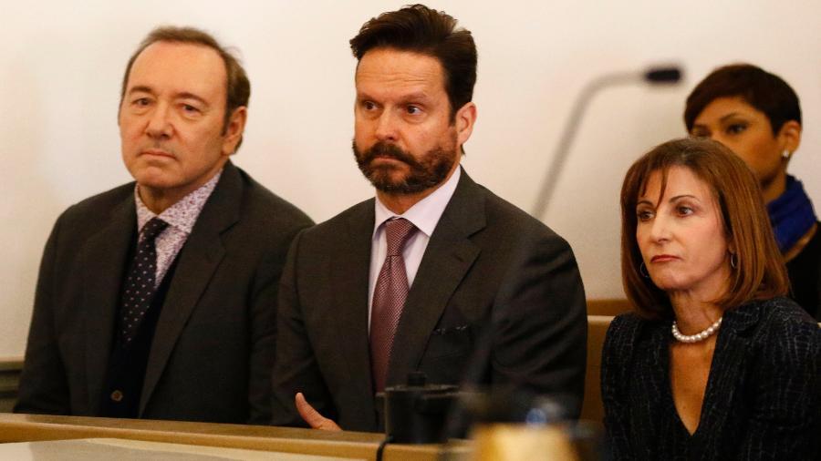 Kevin Spacey ao lado de sua equipe de advogados durante julgamento - Nicole Harnishfeger/Pool/ AFP)