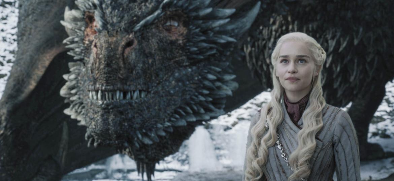 """Daenerys (Emilia Clarke) ao lado de Drogon em cena do quarto episódio da oitava temporada de """"Game of Thrones"""" - Divulgação"""
