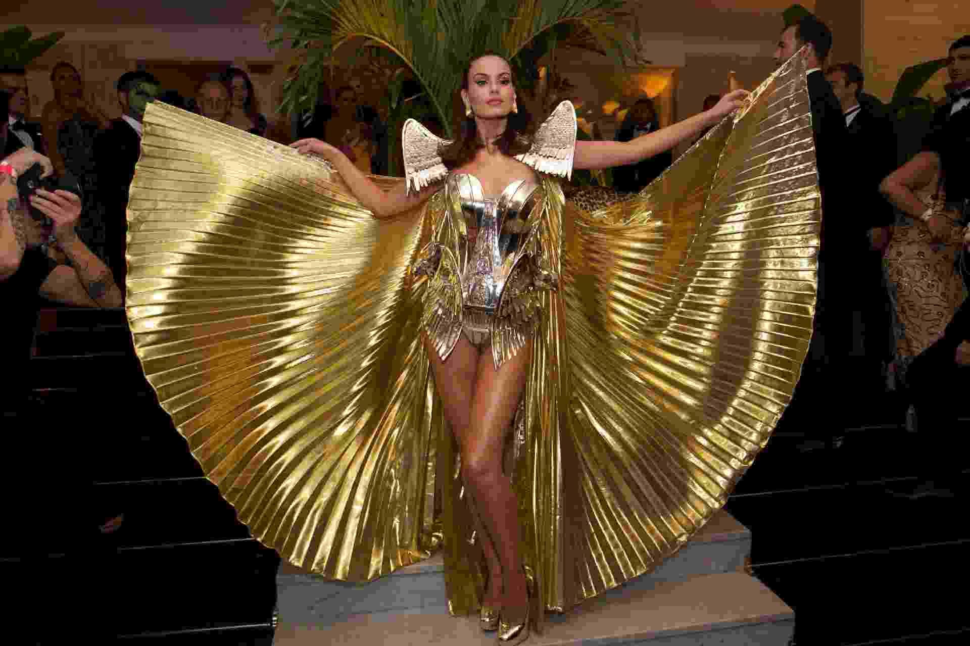 Camila Queiroz usa fantasia dourada para baile de Carnaval 'Abra suas Asas', no Copacabana Palace - Roberto Filho/Brazil News