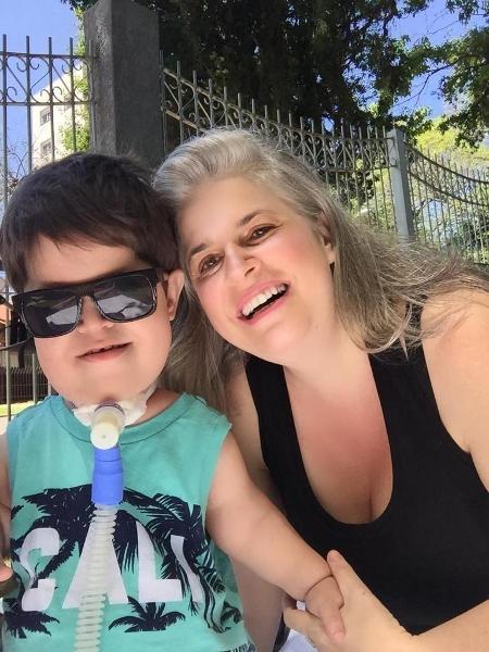 A gaúcha Susana  cortou as consultas semanais com a equipe médica que acompanha o tratamento do Vitor, que tem uma doença rara chamada Jeune - Arquivo pessoal