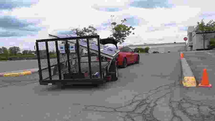 Tesla com painel solar acoplado - Reprodução