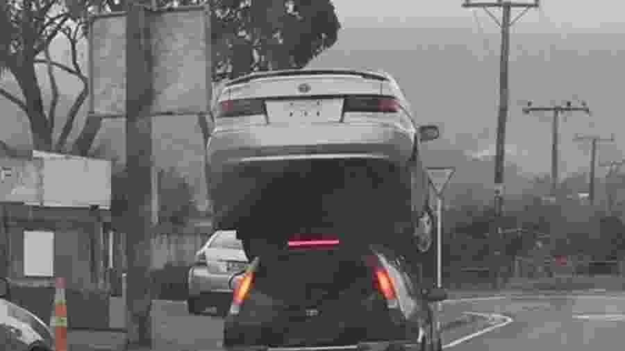 Carro é carregado por perua na Nova Zelândia - Reprodução
