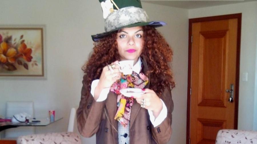Luanna Jales com o blazer para uma festa fantasia em que estava vestida como o personagem Chapeleiro Maluco - Arquivo Pessoal
