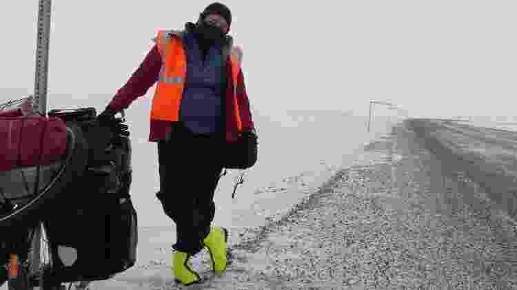 Juliana Hirata em seu primeiro dia de pedaladas, no Alasca - Arquivo pessoal - Arquivo pessoal