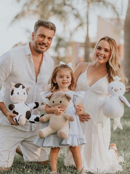 Thaeme posou ao lado da família para anunciar gravidez - Reprodução / Instagram / Carlos Azevedo