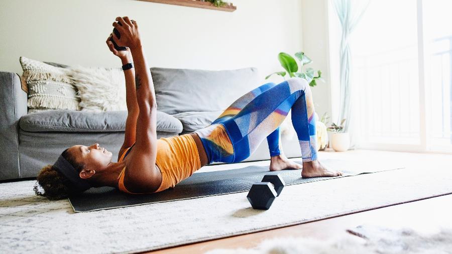 A pandemia tem forçado muita gente a realizar exercício físico em casa - Getty Images