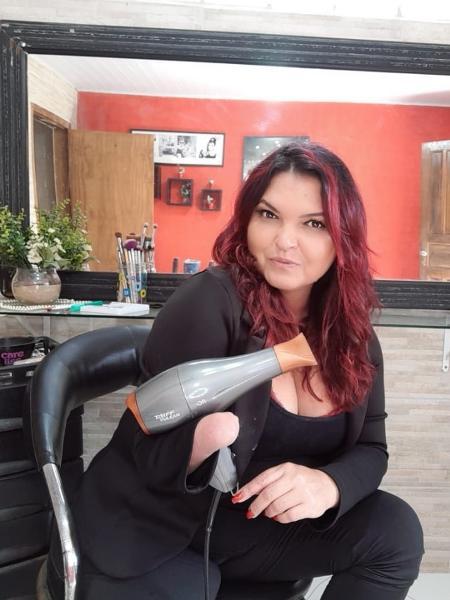 Simone Amaro, 44, em seu salão de beleza em Esteio (RS) - Arquivo pessoal