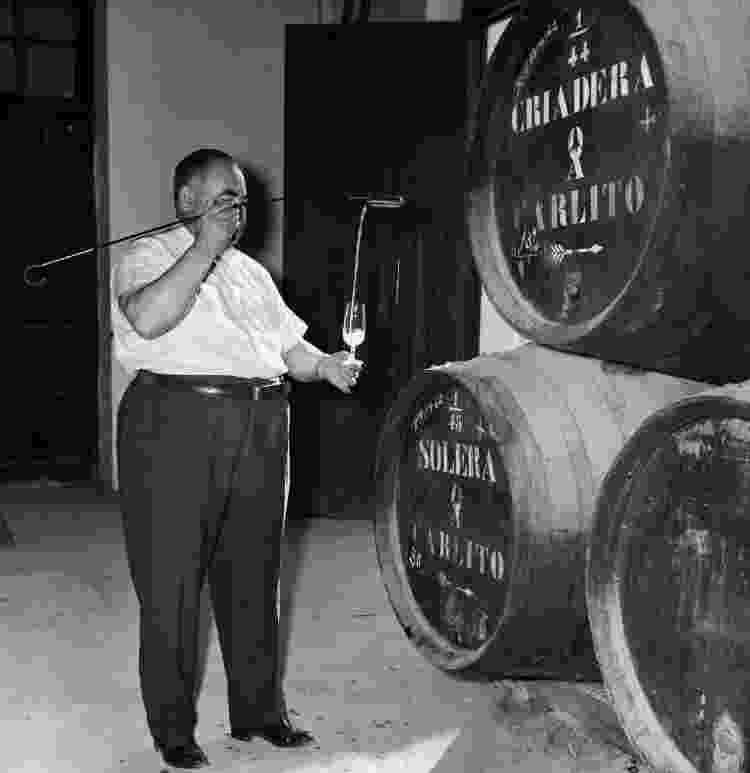 Degustação de Jerez direto dos barris, em 1966, na Espanha - John Tarlton/Fox Photos/Getty Images - John Tarlton/Fox Photos/Getty Images