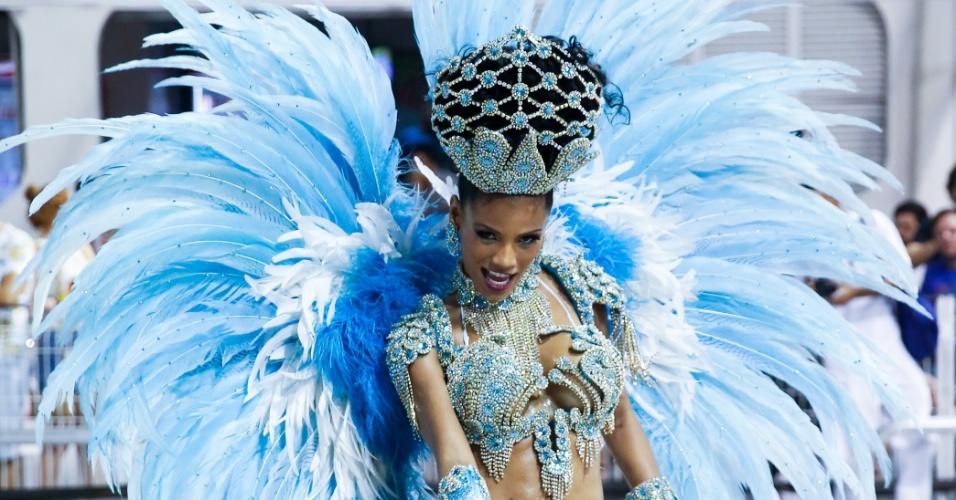 6.fev.2016 - Ariellen Domiciano chamou atenção com uma fantasia azul à frente da bateria da Nenê