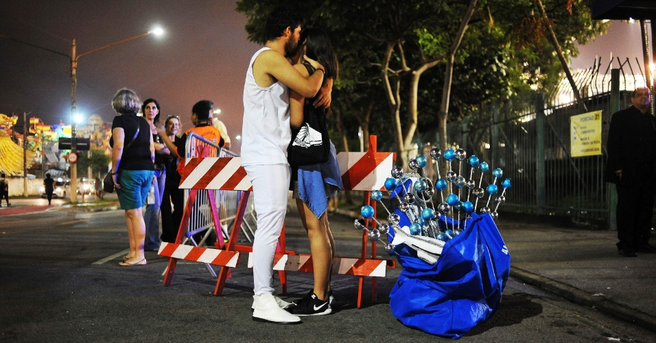 07.fev.2016 - Integrantes das escolas de samba que desfilaram no 2ª noite do Carnaval paulista retiram a fantasia e descansam após sambarem pela avenida do Sambódromo do Anhembi.