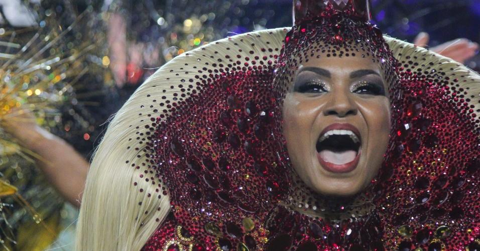 7.fev.2016 - Valeska Reis, rainha de bateria da Império de Casa Verde puxa o samba-enredo durante o desfile da escola de samba na madrugada deste domingo