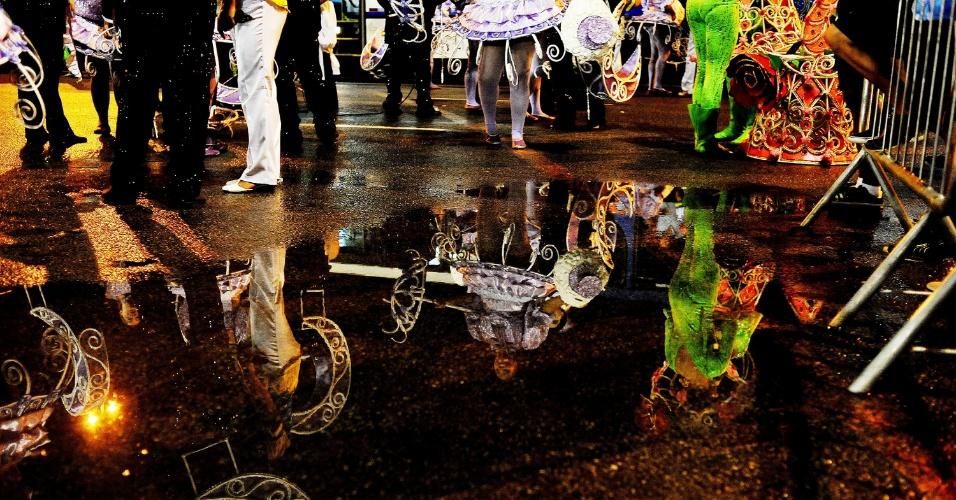 7.fev.2016 - Chuva atingiu o Anhembi no início da noite de sábado, mas não afetou a maioria dos desfiles