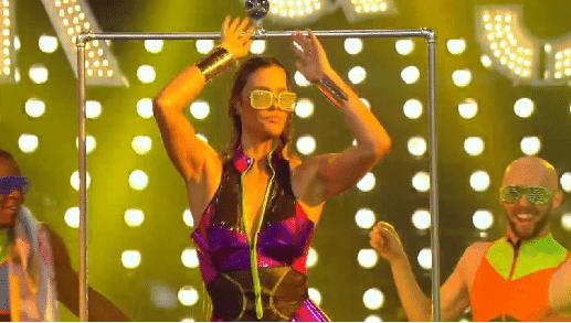 14.fev.2016 - Fernanda Lima se entusiasma e toma banho de chuveiro em