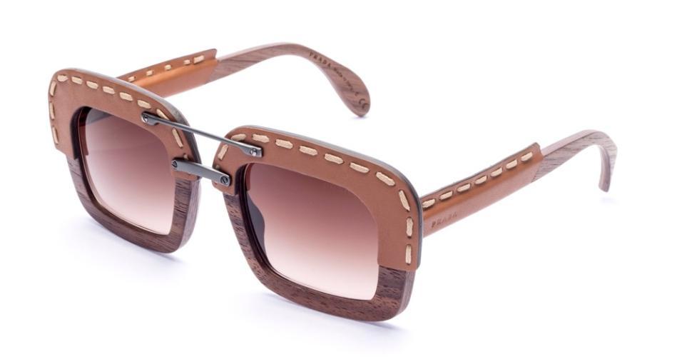 Óculos de sol em madeira e couro, da Prada Eyewear