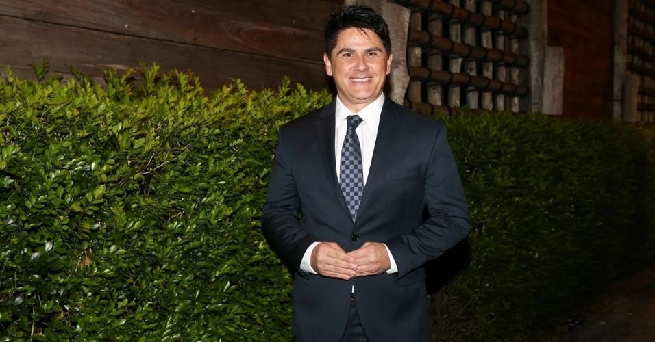 21.nov.2016 - O apresentador César Filho chega à cerimônia do sétimo casamento de Fábio Jr. em São Paulo