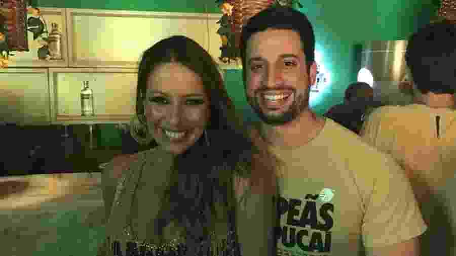 A atriz Renata Dominguez e o namorado, Marcos Bruce, curtem juntos desfile das campeãs em camarote da Sapucaí - Ana Cora Lima/UOL