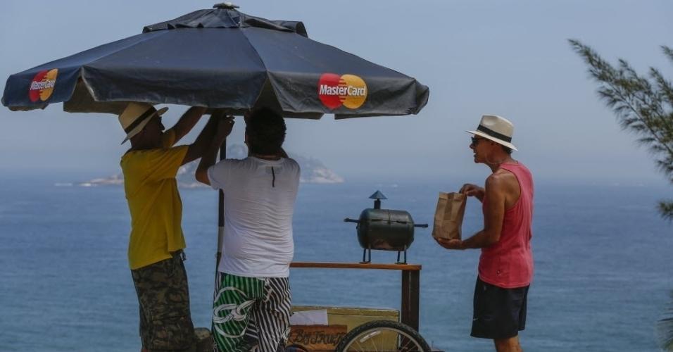 Mario Gomes inaugura venda de hambúrguer gourmet na praia da Joatinga, no Rio de Janeiro