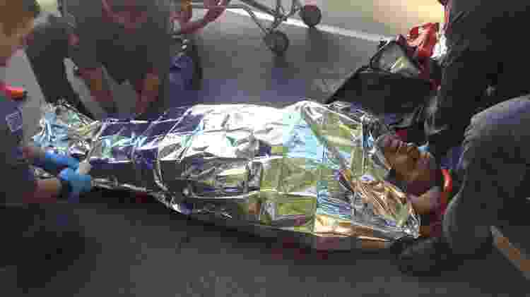 O jornalista Carlos Cavalcante é resgato pelo SAMU na USP após ser atropelado - Flavio Ricco - Flavio Ricco