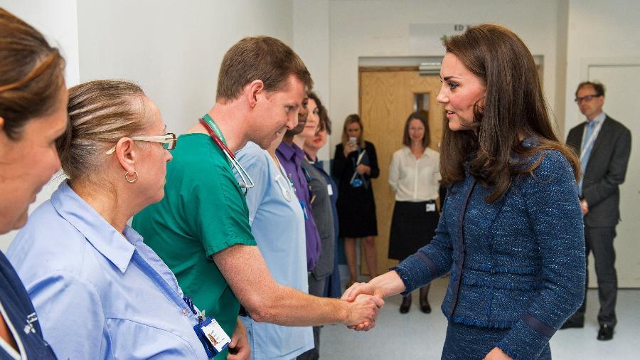 Kate Middleton cumprimenta médicos do Kings College Hospital que atenderam vítimas do atentado terrorista cometido na London Bridge no dia 3 de junho - Dominic Lipinski/Pool/AFP Photo