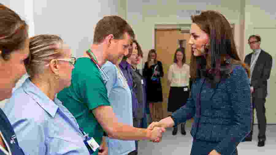 Kate Middleton cumprimenta médicos do Kings College Hospital que atenderam vítimas do atentado terrorista cometido na London Bridge no dia 3 de junho - Dominic Lipinski/Pool/AFP Photo