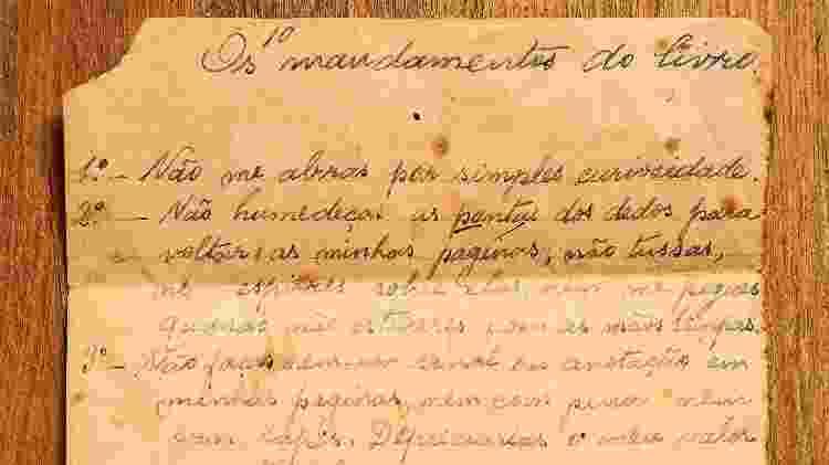 """Um curioso manuscrito encontrado dentro de um livro no sebo Avalovara conta os """"10 mandamentos do Livro"""" - Fernando Moraes/UOL - Fernando Moraes/UOL"""