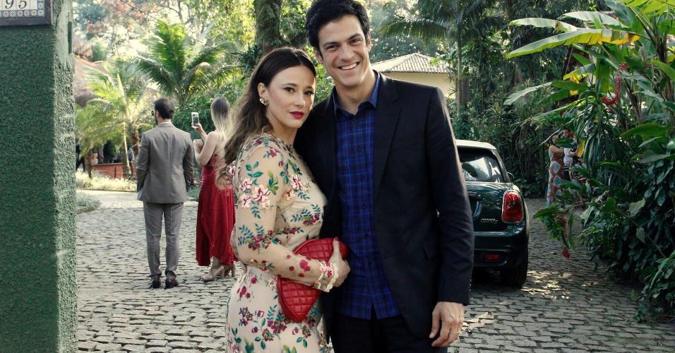 Mateus Solano e a mulher Paula Braun prestigiam o casamento de Maíra Charken e Renato Antunes no Espaço Paradisus em Vargem Grande, zona oeste do Rio