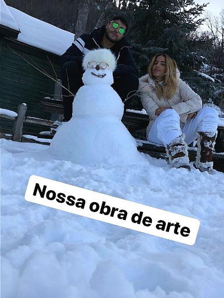 Aniita monta boneco de neve e posa ao lado do marido - Reprodução/Instagram