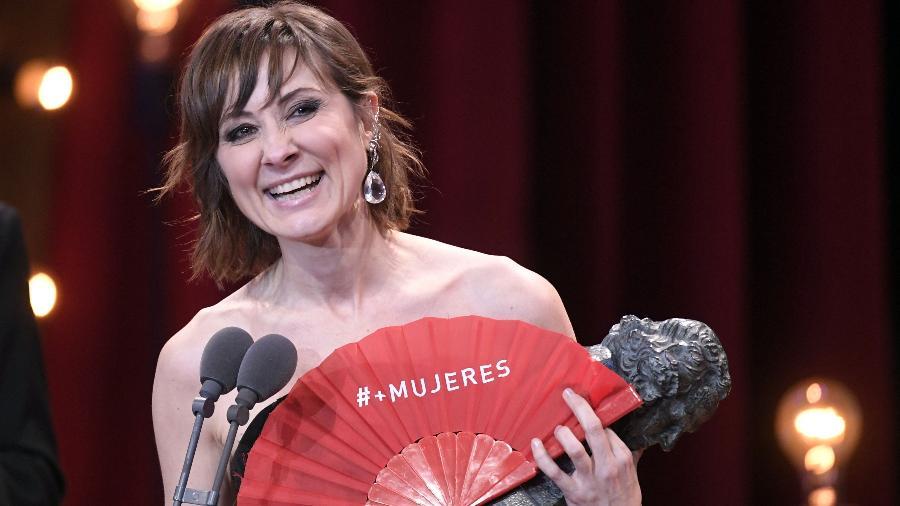 Com o leque vermelho, a atriz Nathalie Poza recebe o prêmio de melhor atriz  - AFP PHOTO / GABRIEL BOUYS