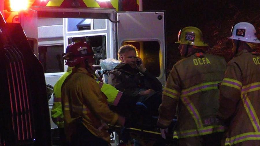 O ator Will Ferrell é transferido para ambulância após se envolver em acidente de carro - Reprodução
