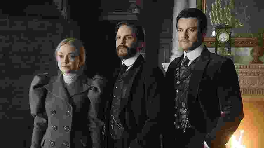 """Dakota Fanning, Daniel Brühl e Luke Evans em cena da série """"The Alienist"""" - Divulgação"""