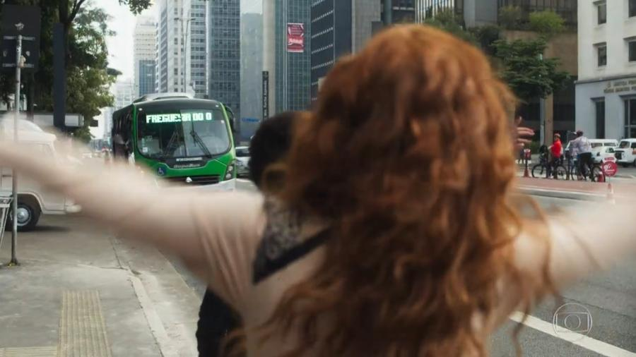 """Miss Celine pega ônibus que não existe para ir à Freguesia do Ó em """"O Tempo Não Para"""" - Reprodução/TV Globo"""